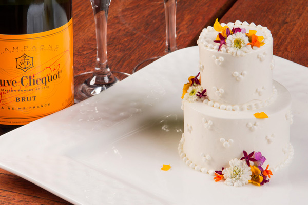 R_aulani-in-room-celebrations-uli-I-2-tier-celebration-cake-sc.jpg