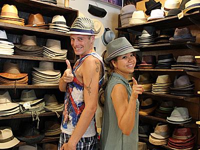 ユカリン:前回チャペル・ハットのシェラトン・ワイキキ店でいろんな帽子を被って以来、すっかり帽子の世界にハマってしまったんです。どんな形が似合うのか、研究し