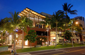 ロイヤル・ハワイアン・センターの夜の様子