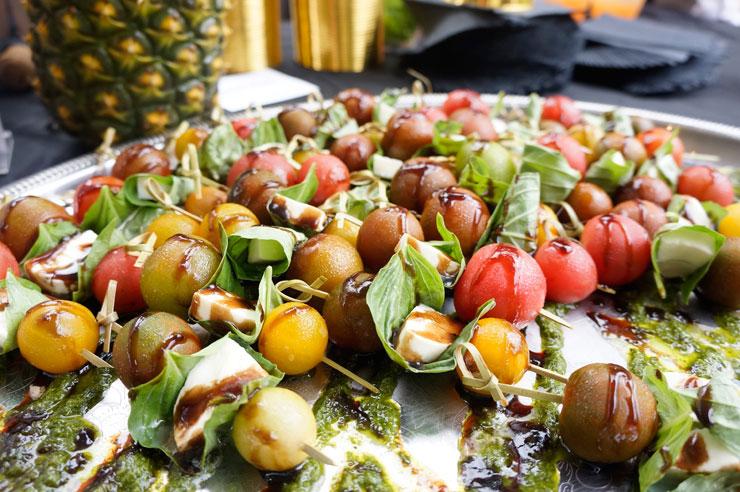 バジルソースがトマトの酸味とマッチ。<br>フラワー&バーリーのローカルトマトとモッツァレラチーズのトマト・カプレーゼ($5)