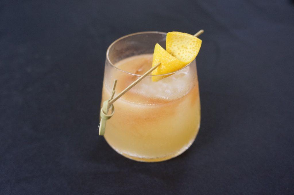 ヘリンボーンのSmashin' Passion($10)。ウィスキーをベースにリリコイ、レモンにミントを添えて