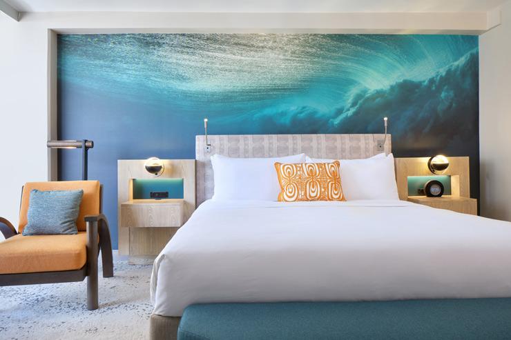 人気フォトグラファー、ザック・ノイル氏の波の写真が壁一面に