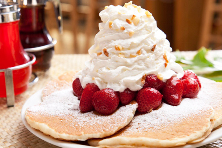 エッグスン・シングスのフレッシュストロベリー・ホイップクリームパンケーキ