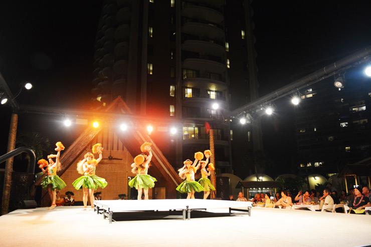 ハワイの夜は壮快なルアウショーで!