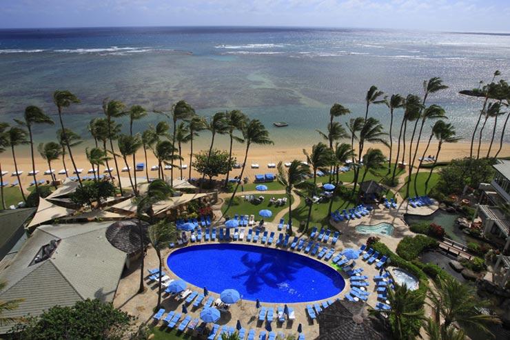 ホテルの目の前には美しいカハラの海が広がる
