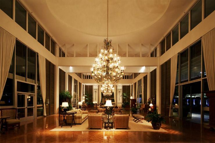 カハラホテル シャンデリアが美しいエントランスのロビー