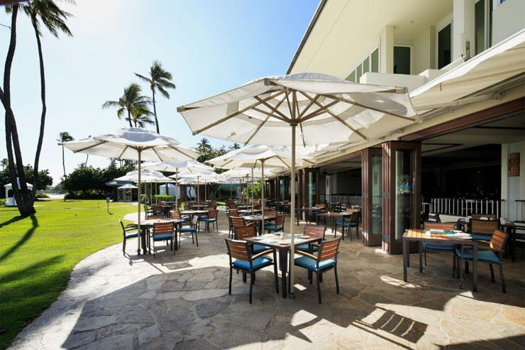 海が目前に広がるカジュアルレストラン、プルメリアビーチハウス