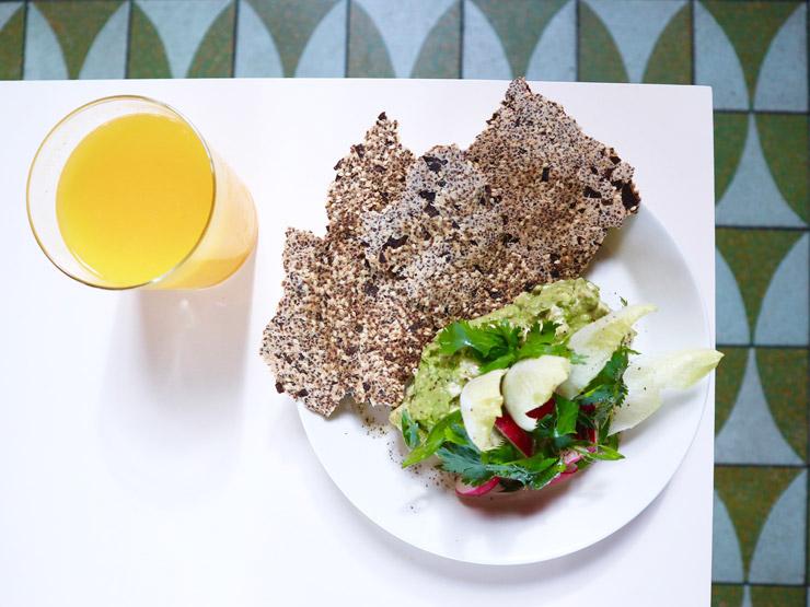 アボカドと豆腐、ワサビのディップ w/ ラディッシュ チアシードクラッカー($6)