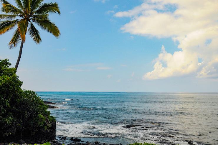 雲が浮かぶ海とフアラライの山…ハワイ島コナ編