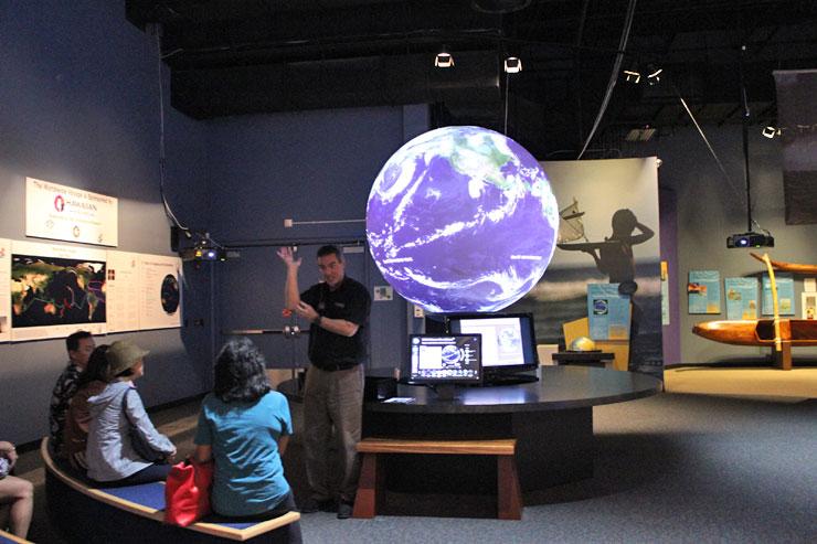 様々な映像が映し出され、見ているだけでとても楽しく興味深いScience on the Sphere
