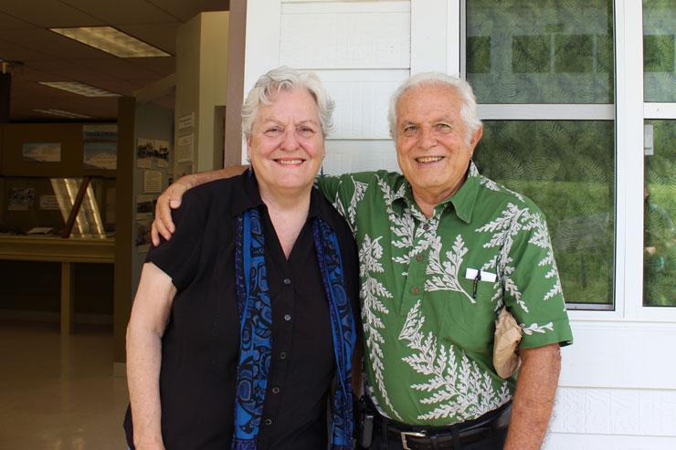 センターのコーディネーター・モミさん(左)と、ホノカアタウンを知り尽くすジェラルドさん(右)