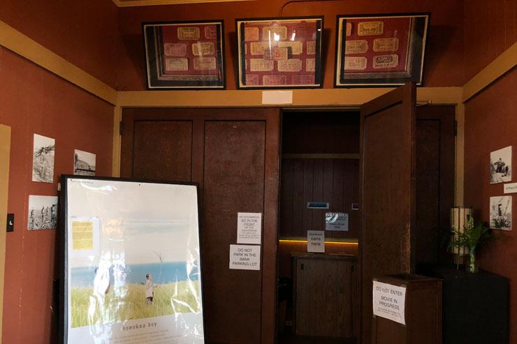 シアター入り口ドアの上には、昔の映画チケットが飾られている