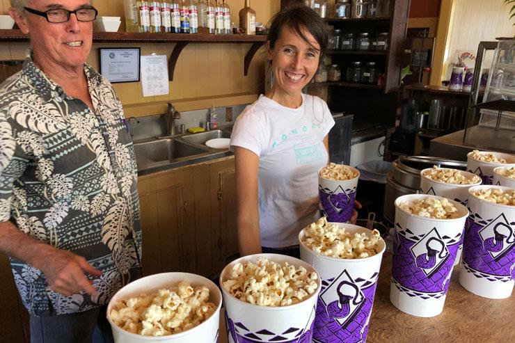 映画館といえば…のポップコーンも作ってくれた、オーナーのトムさんと娘さん