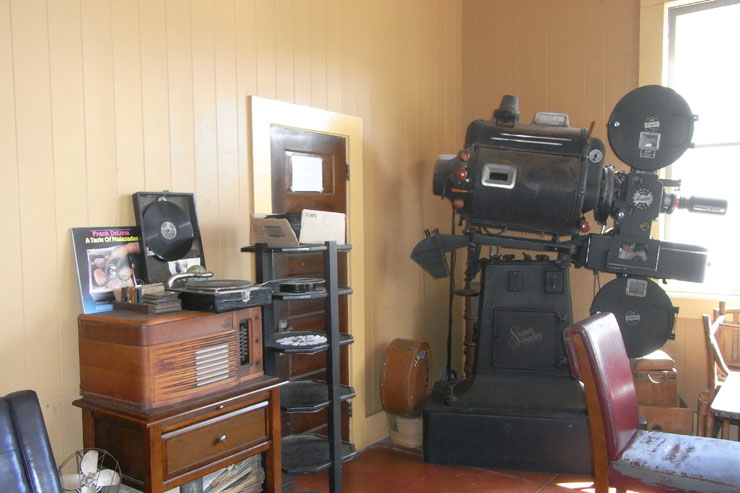 映写機が飾られた入り口。以前はここがカフェだった