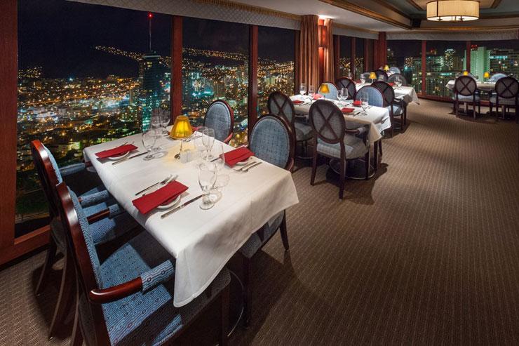 キラキラ光るホノルルの夜景とともに最高のディナーを