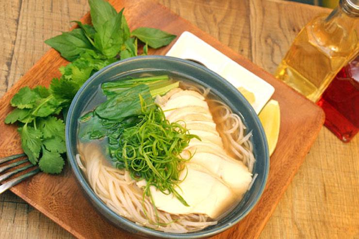オーガニックチキンとオーツジファーム小松菜のローカル生姜フォー