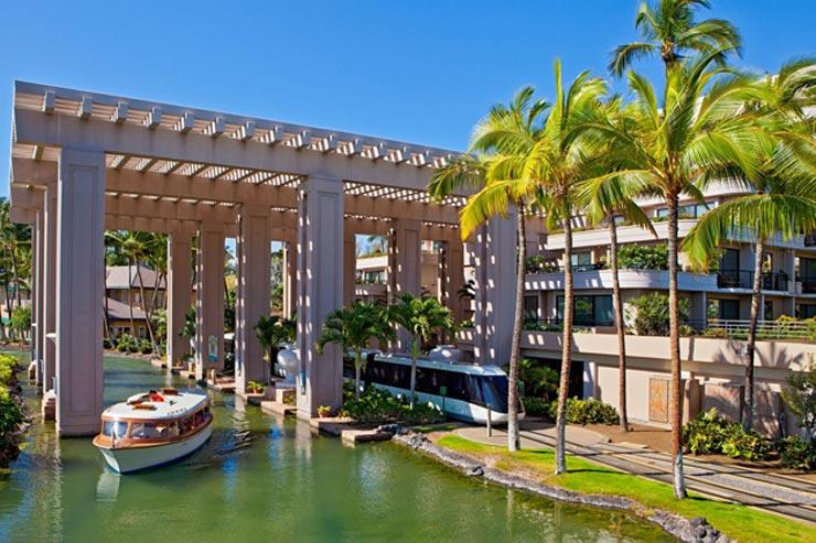 ヒルトン・ホテル内は専用ボートやトラムで移動