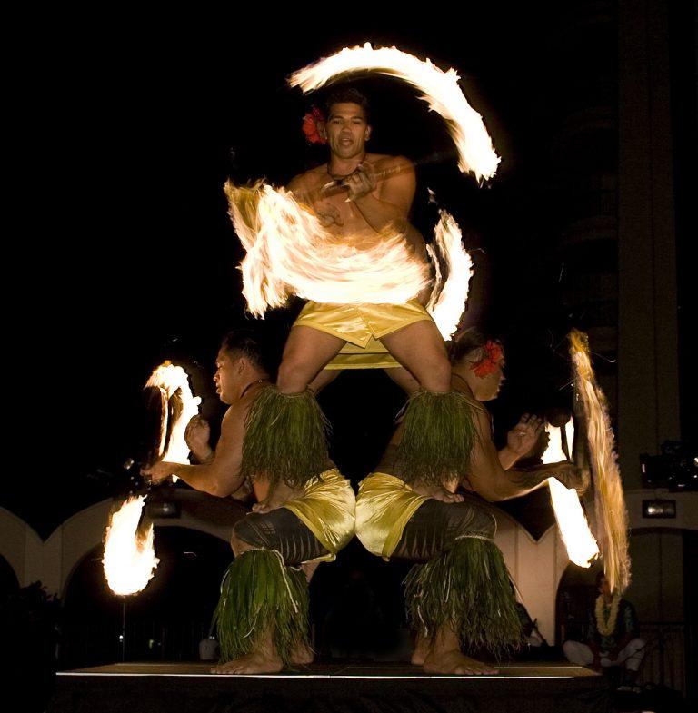 夏の夜に涼しい屋外でハワイアンの迫力満点のショーを楽しもう!