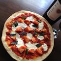 暑〜い日に食べる、チーズたっぷり熱〜いピザ!