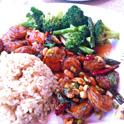 豪華アジアン・ランチプレートがひと皿無料