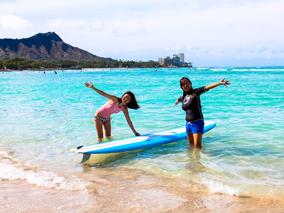 晴天のワイキキ・ビーチでサーフィンに挑戦