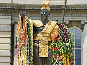 レイで着飾られたカメハメハ大王像
