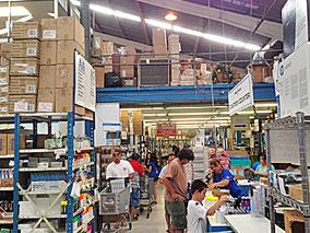 オアフ島にある巨大文房具店で新学年の準備