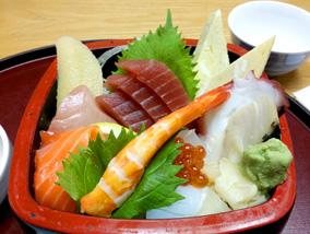 新鮮魚介たっぷりのちらし寿司で贅沢ランチ