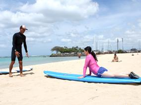 サーフィン初心者が夢のロングライドに挑戦【アラモアナ ビーチ サーフ レッスン】