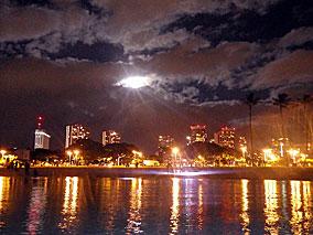 夜のアラモアナビーチでナイトSUPヨガ新登場