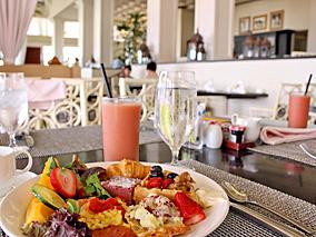 ピンクパレスの海辺特等席で朝食ビュッフェ