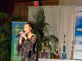ロコが熱唱!ハワイの人気カラオケ大会