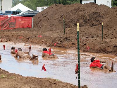 泥の中を突き進む!大興奮の障害物レース