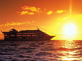 金曜日は海の上から優雅なディナーと花火を