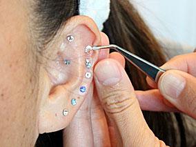 耳の反射区を刺激するキラキラで健康美人に