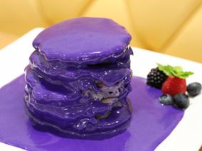 もう食べた?人気カフェの紫色パンケーキ