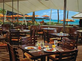 海辺のレストランで味わう特別メニュー