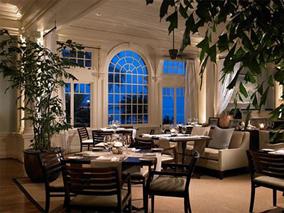 白亜のホテルでロマンチックなディナーを
