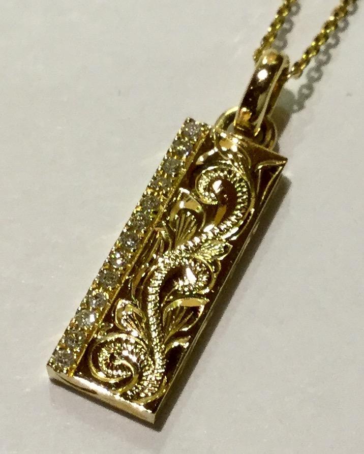 ダイアモンドが輝くゴールドバーペンダント