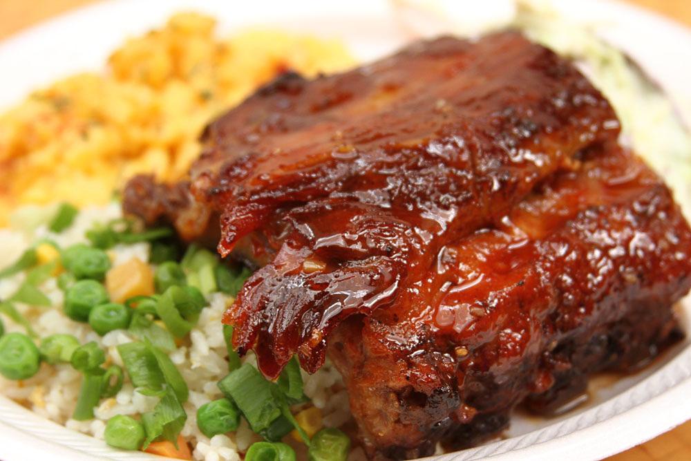 【ラハイナ・チキン】甘辛いタレがクセになるリブ肉は手づかみで