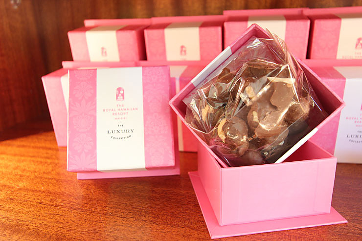 マカダミアナッツ・チョコレート。オリジナルの箱入りでおみやげにも最適
