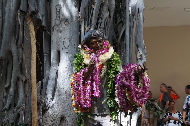 ハワイの名エンターテイナーの銅像がワイキキに登場