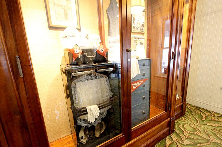 創業当時の宿泊客の荷物。水着はニット製!