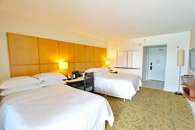 客室には、スターウッドホテル&リゾートが独自開発したベッド「シェラトン・シグネチャー・スリープ・エクスペリエンス」を使用