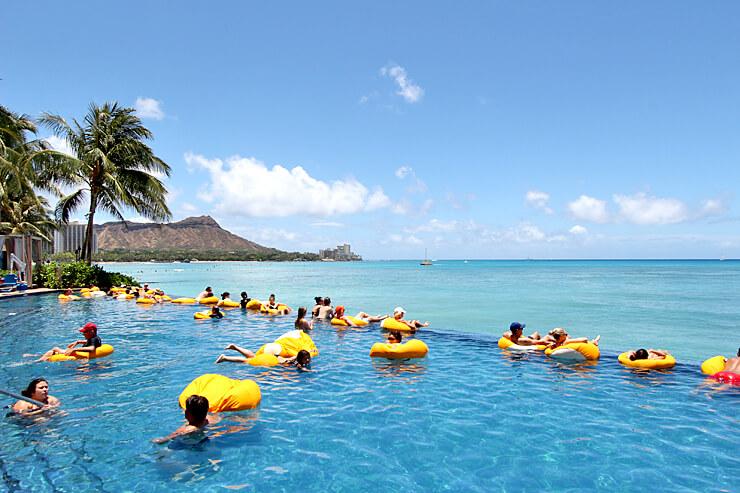 プール専用の浮き輪でプカプカと浮きながらリラックスできるインフィニティ・プール