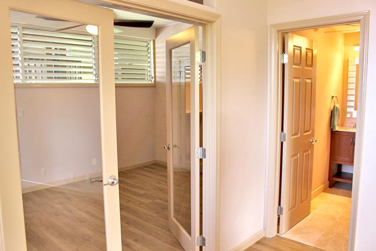 右のドアはバスルーム、左のドアはベッドルーム。