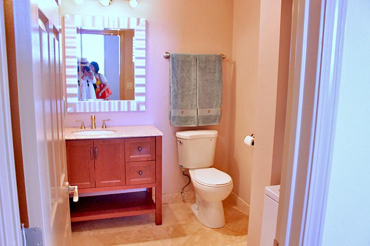かわいらしいバスルーム。手前右側には洗濯乾燥機、トイレの奥にはシャワールームがあります。
