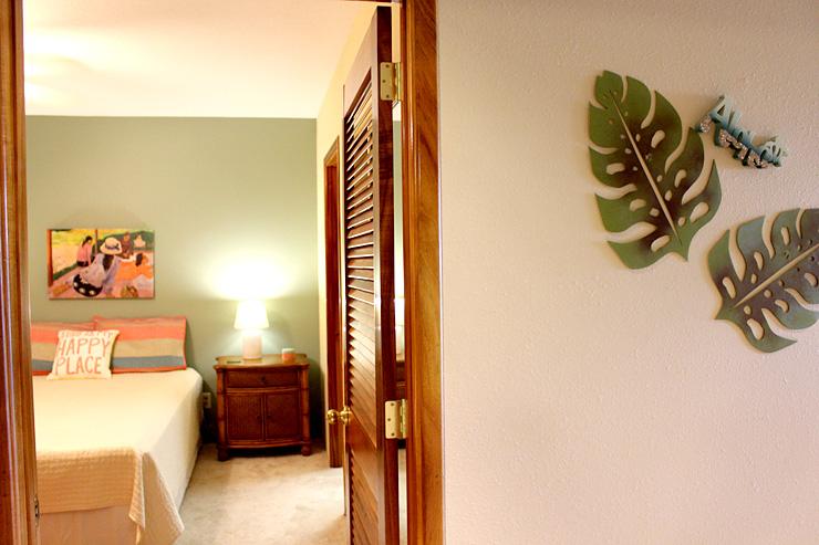 ベッドルームその1。壁にかかったモンステラのデコレーションも素敵。