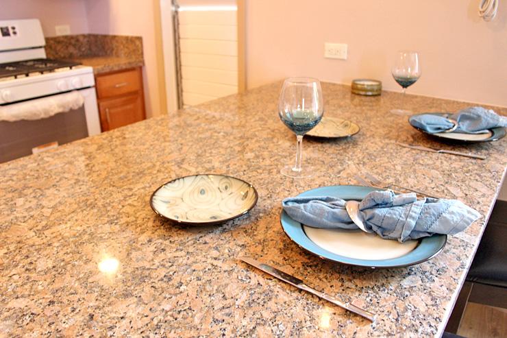 キッチンのカウンターは大理石。奥行きのある造りなので、ダイニングテーブルとしての活用もOK。