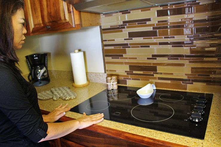 キッチンはお手入れ楽々のフラットコンロ。